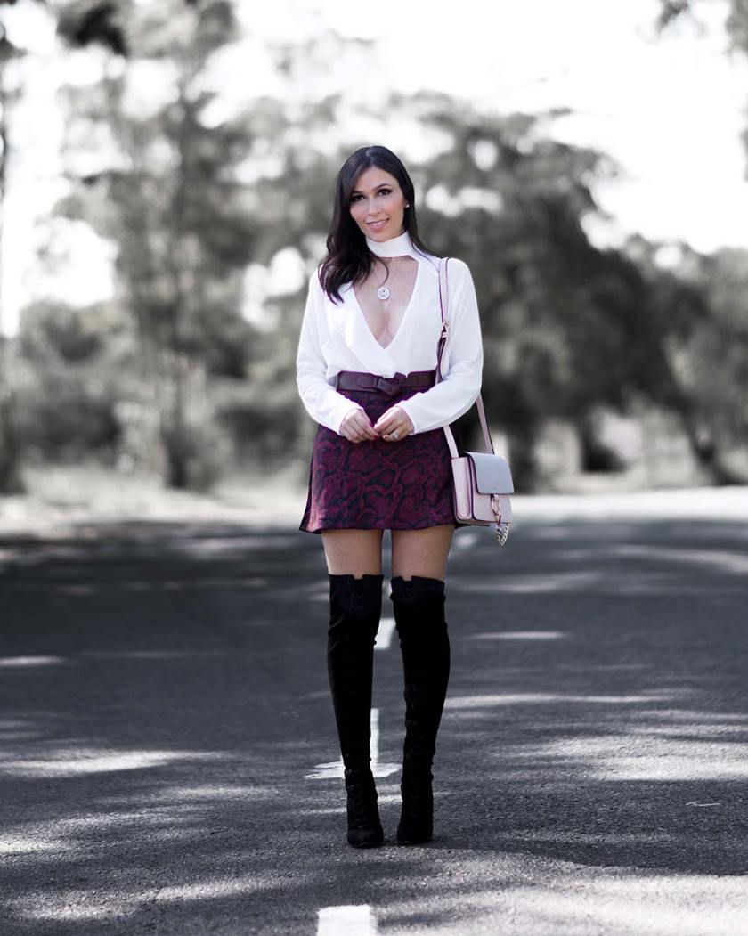 Mônica Araújo veste Amaro em look com gola choker e animal print.
