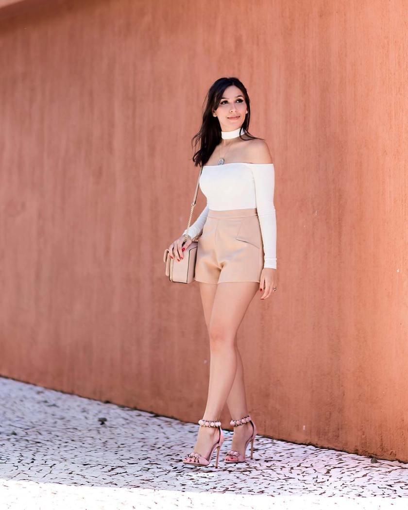Look com body choker e short alfaiataria de cintura alta. Sandália Forever 21.