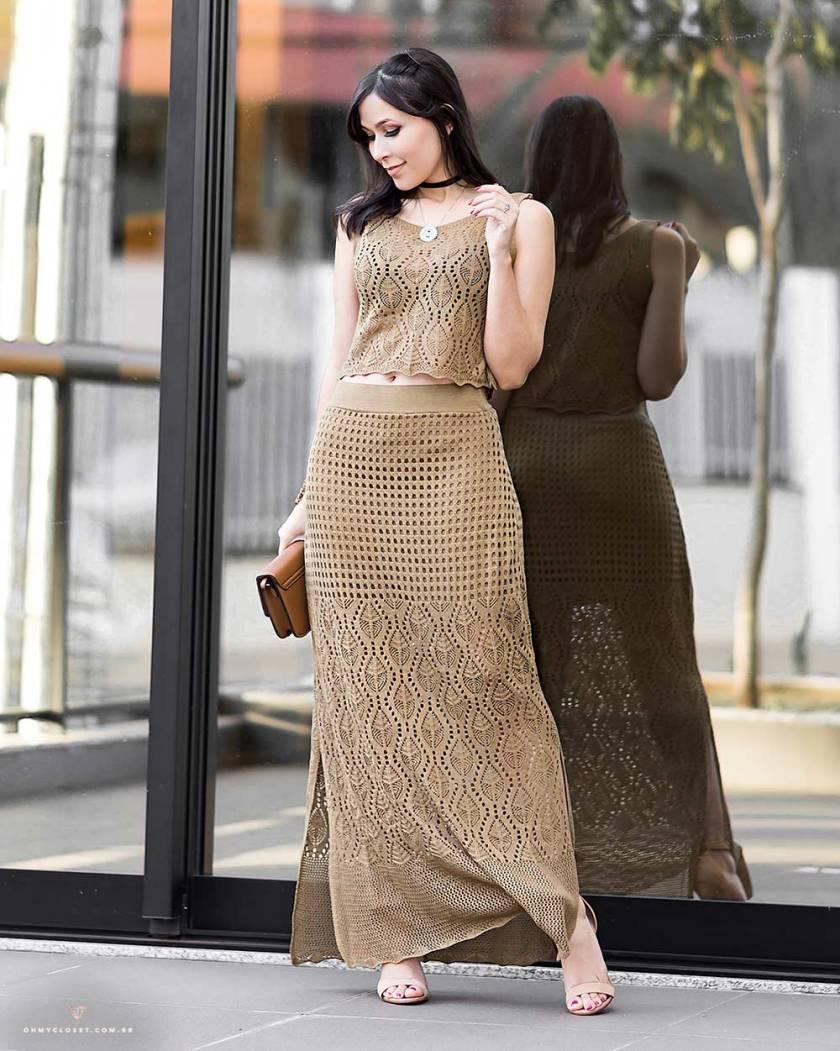 Conjunto de tricot com saia longa no look da influencer Mônica Araújo.