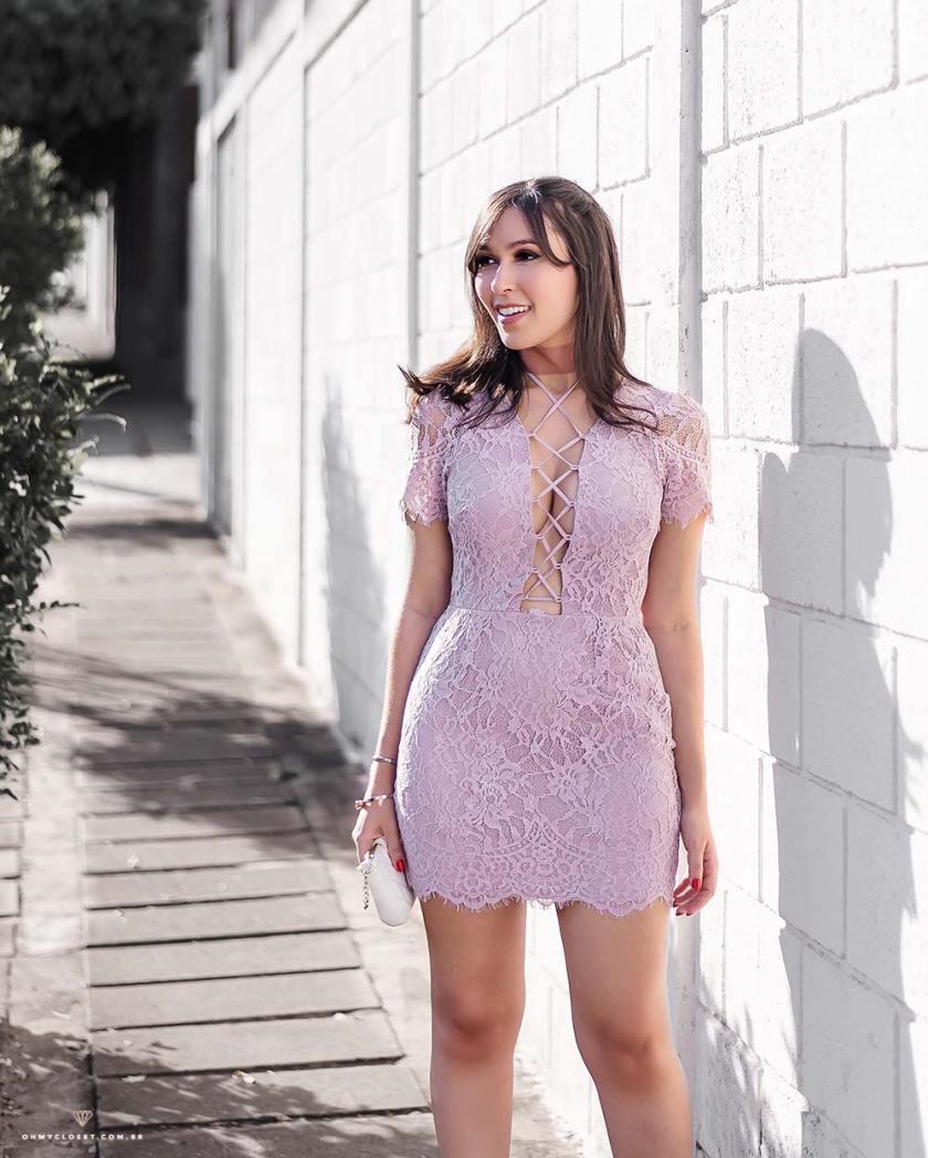 Detalhes do vestido de renda lilás da Tobi com a influencer Mônica Araújo.