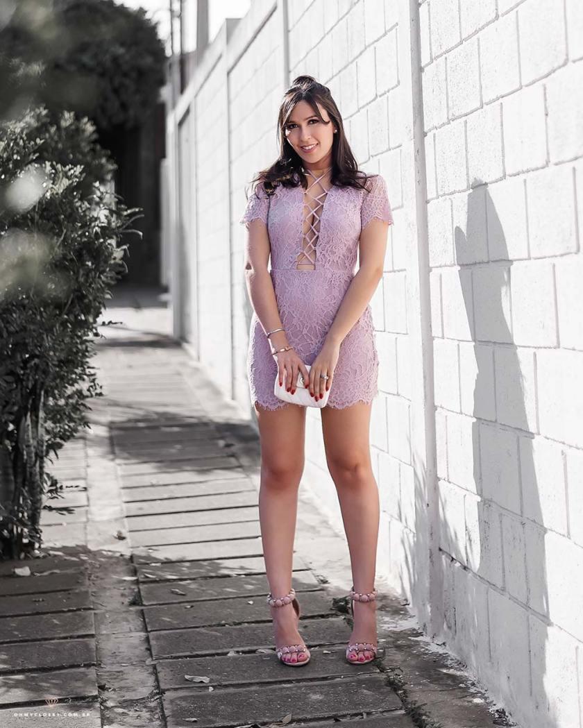 Look com vestido de renda pela blogueira Mônica Araújo.
