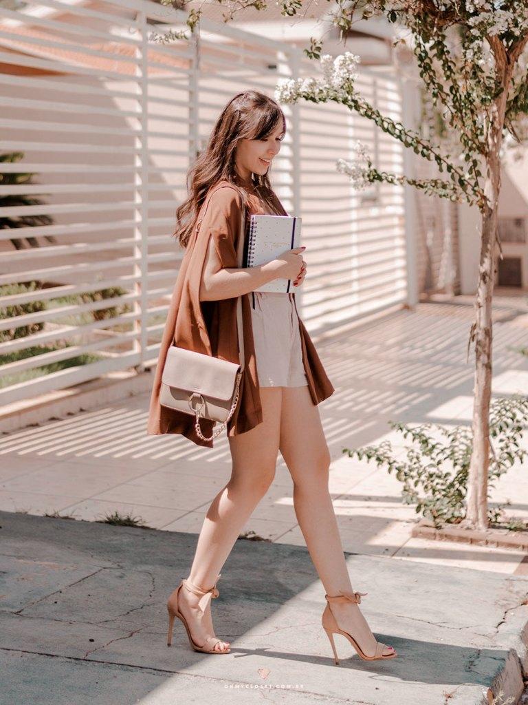 Tons neutros e terrosos, a tendência de 2019 no look da blogueira Mônica Araújo.