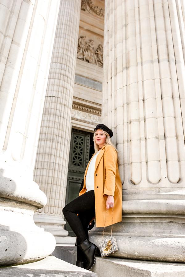 Blogueuse vêtue d'un manteau jaune moutarde
