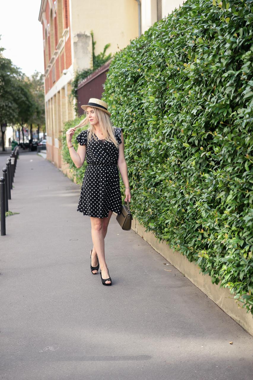 Blogueuse en robe à pois et canotier