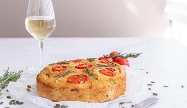 Glutenvrij borrelbrood met tomaat en rozemarijn