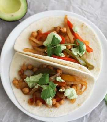 Roasted Chickpea Fajitas with Cilantro Cashew Crema + This Week's Vegetarian Meal Plan | www.ohmyveggies.com
