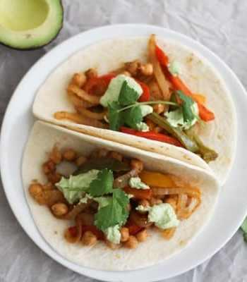 Roasted Chickpea Fajitas with Cilantro Cashew Crema + This Week's Vegetarian Meal Plan | www.ohmyveggies.com