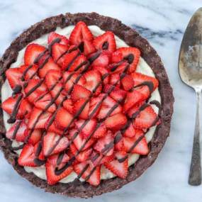 Raw Strawberry-Chocolate Dessert Pizza