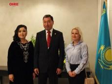 El Excmo. Embajador de la República de Kazajstán en España, el Sr. D. Bakyt Dyussenbayev junto a su esposa y a María Grunyk, Directora Ejecutiva de OHRE.