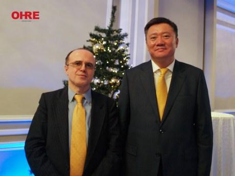 Presidente de OHRE, Fernando Moragón, junto a un diplomático de la Embajada de Kazajstán en España.
