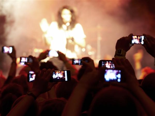 camera-phones-at-concert