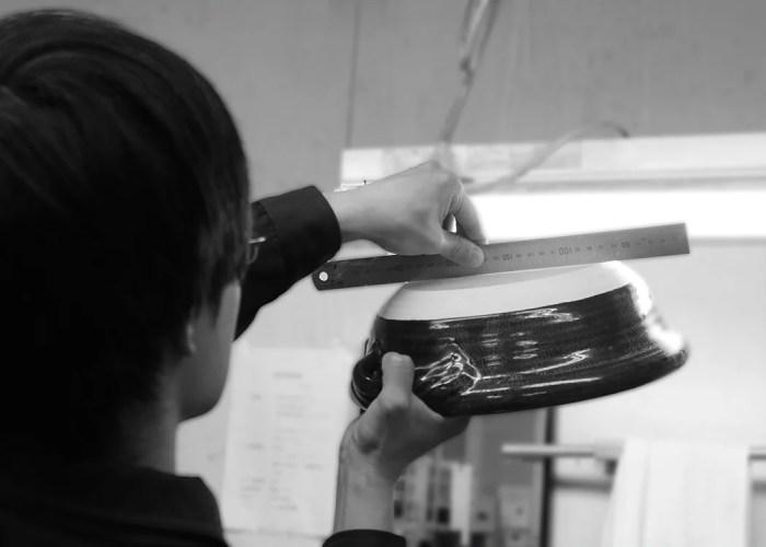 鍋をスケールで測定する