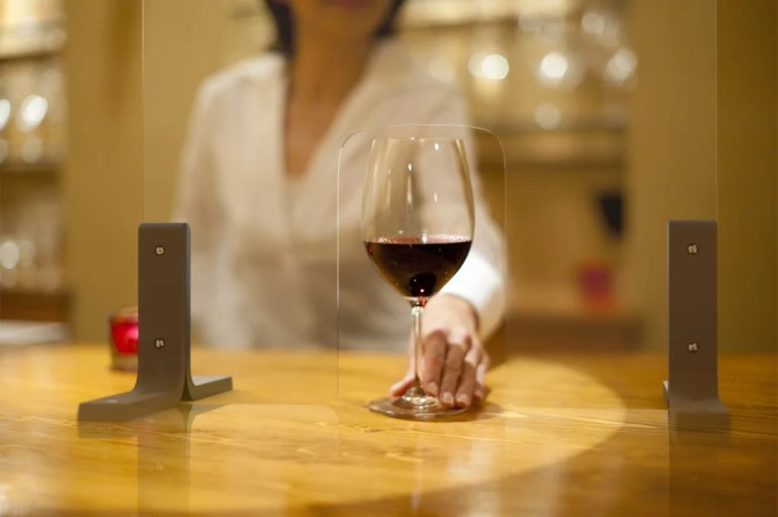 ワインの通るアクリルパーティション