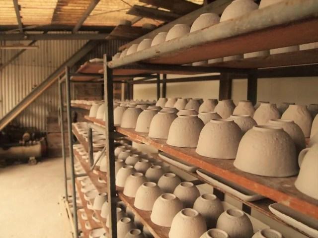 陶器を乾燥する棚