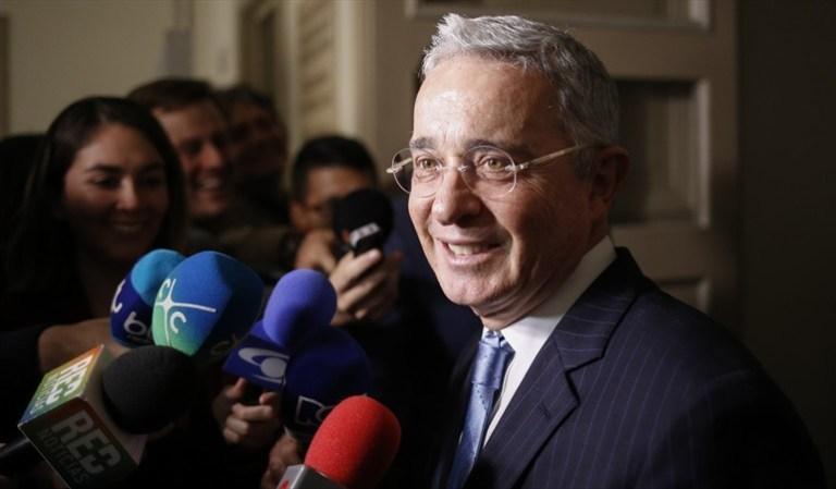 """Uribe responde con """"humor"""" a quienes le lanzaron ratones"""