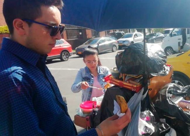 Multan a joven por comer una empanada en la calle