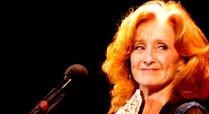 Bonnie Raitt - Showin' 'em how you do it.