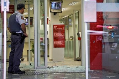 Resultado de imagem para segurança banco