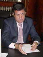Carlos Pinto anuncia cortes no apoio social         e nas obras