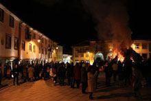 Centenas para ver o madeiro na Praça Velha