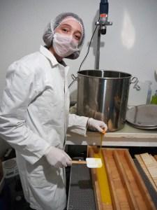 Travail au laboratoire L'Oiseau Vent : production de savons