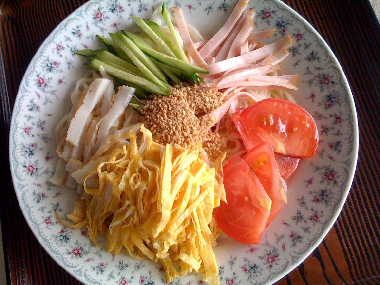 Photo Description: a good summer dish of somen noodles, along with some fresh crips ingredients from tomatoes to cucumber, or with slices of meat such as ham.