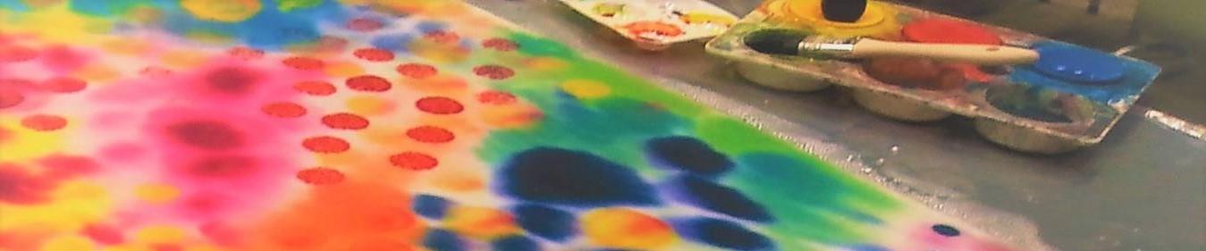 Taidelähtöiset menetelmät kuvassa värikäs maalaus ja maalausvälineitä