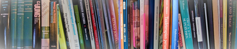 Johanna Wahlbeck, kuvassa kirjahyllyni kirjoja, mm. työnohjausta käsitteleviä