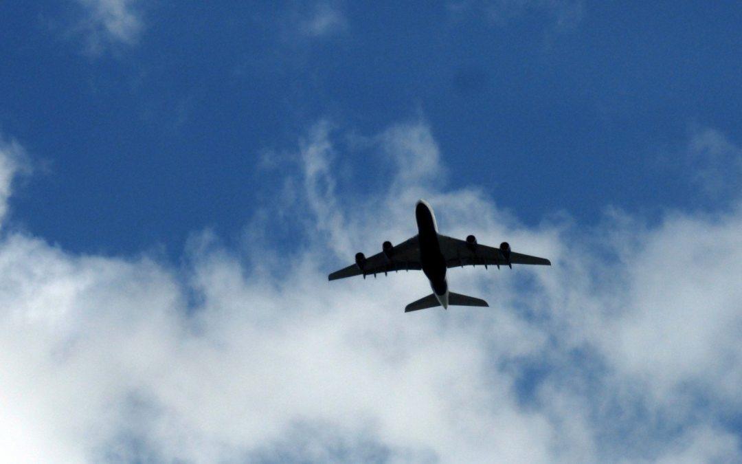 """Al volar, usted está """"aportando"""" al cambio climático. Reduzca su impacto con estos consejos."""