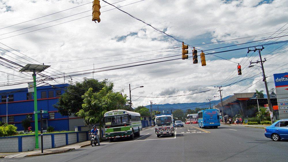 Semáforos solares ordenarán el tránsito incluso durante apagones