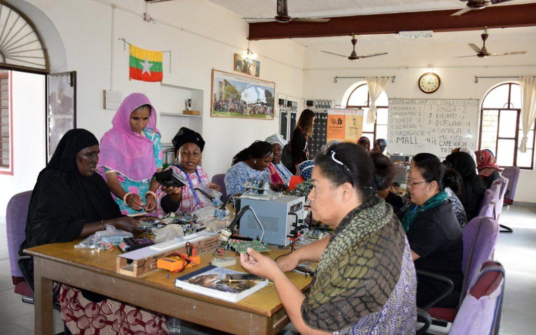 Las ingenieras solares descalzas quieren reescribir su historia desde India