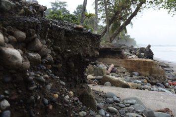 La marea alta ya destruyeron infraestructuras en Esterillos Oeste.