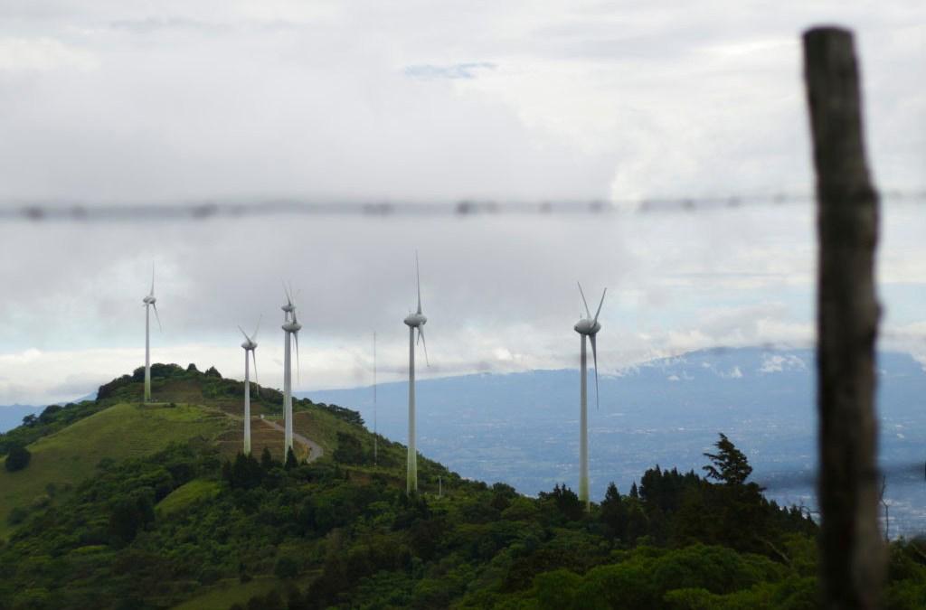 """Viento, embalses e importaciones auxiliaron al sistema La """"electricidad limpia"""" de Costa Rica supera la sequía a un alto costo"""