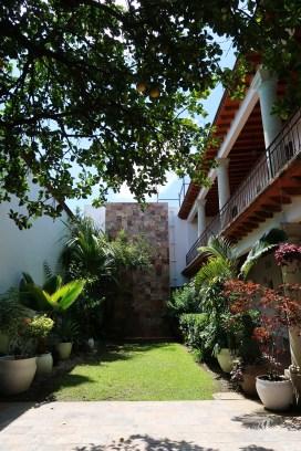 Jardín bonito en medio del hotel/Beautiful garden in the middle