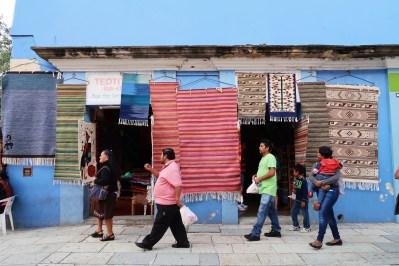 Tienda con tapetes de Teotiltán/Store full of woven goodies from Teotitlan