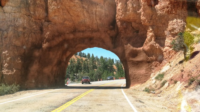 Steinbogen/-tunnel in Red Canyon kurz vor dem Bryce Canyon
