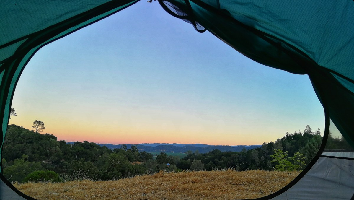 Aussicht aus dem Zelt auf den Sonnenuntergang, Berge, Weinfelder