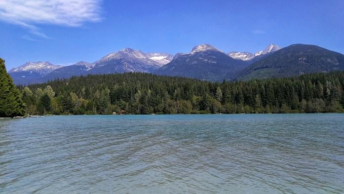Green Lake in Whistler - türkisblauer See mit Bergen im Hintergrund