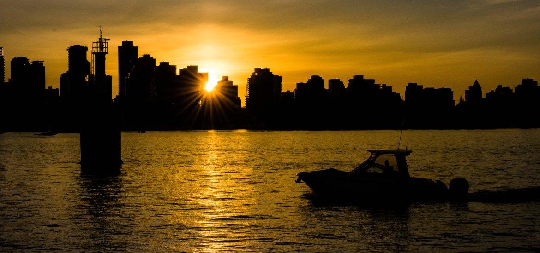 Die Sonne geht hinter der Skyline von Vancouver unter