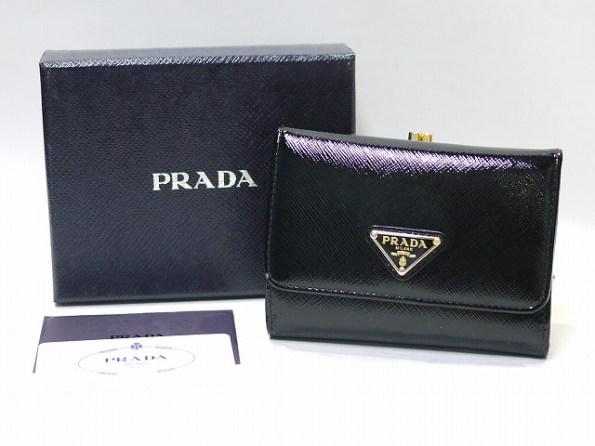 PRADA[プラダ]サフィアーノヴェルニ ガマ口付折り財布/ブラック/1M1392