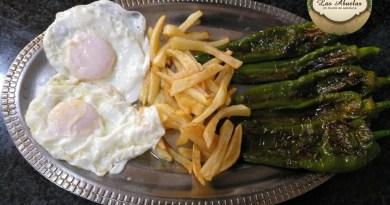 Pimientos fritos con huevos y patatas