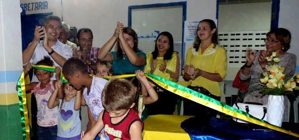 A fita de reinauguração foi retirada pelo Prefeito Neneca e pelos alunos da comunidade | Foto: Divulgação