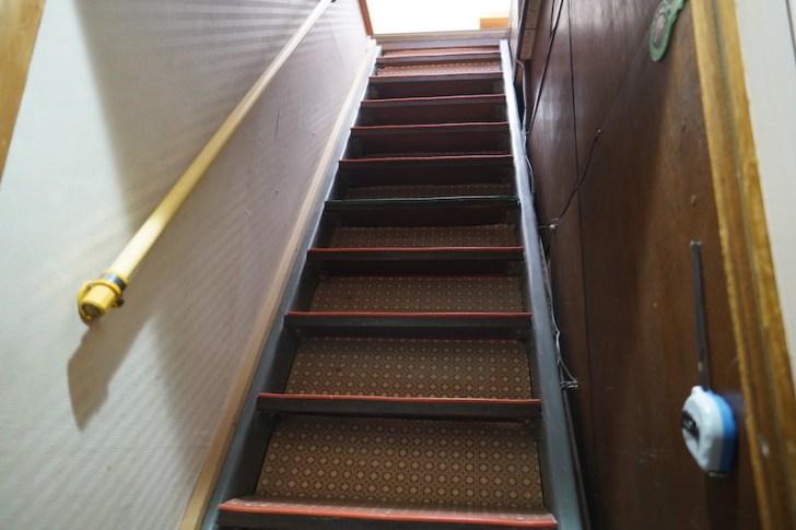 【うどん酒場ふじ心】2階に上がる階段