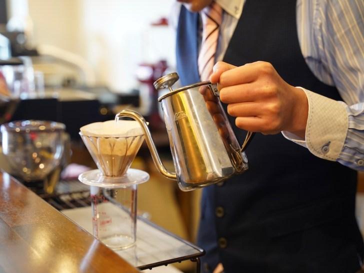 【PORTE COFFEE】店主がドリップしているところ