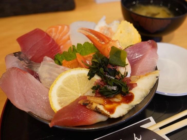 【海鮮丼 魚しん】海鮮丼を横から見たところ