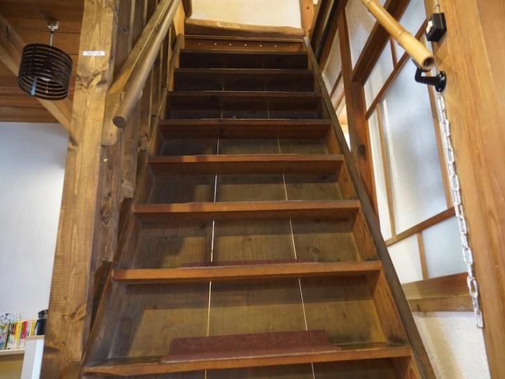 【薩摩きりさめ屋】2階に上がる階段