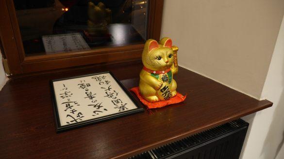 Lokal cały czas wypełnia się drobnymi elementami dekoracyjnymi związanymi z Japonią