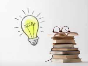 本と電球の画像