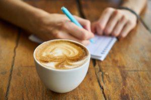 コーヒーとノートの画像