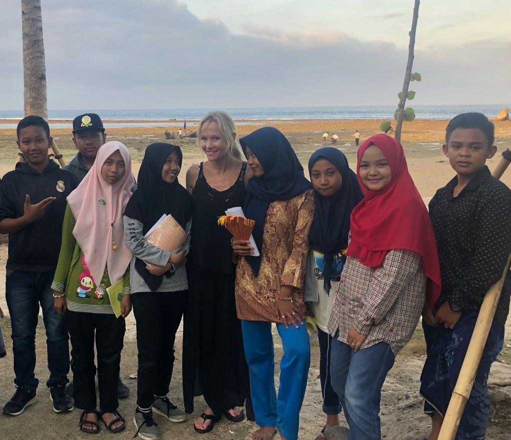 nauczycielka angielskiego w indonezji z uczniami